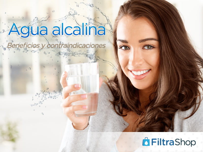 Título: Agua alcalina Imagen: Mujer sujetando vaso con agua alcalina
