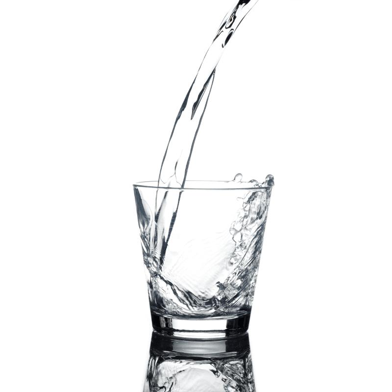 Beneficios de beber agua, bebederos de agua y llenador de botellas
